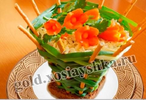 Салат из цветной капусты, свежих огурцов и помидоры.