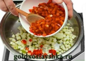 Обжарить паприку и яблоки