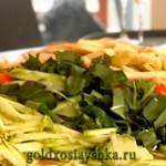 Нарезать овощи тонкой соломкой