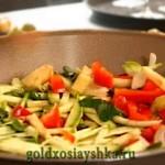 В подогретую сковороду выложить овощи, посолить и тушить 15 мин