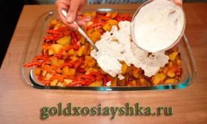 Вложить ребрышки и овощи в форму