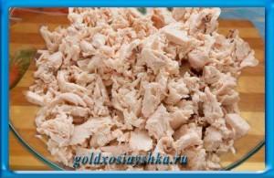 Куриное мясо нарезать небольшими кусочками