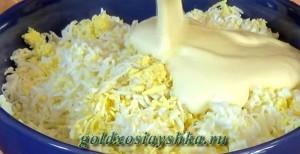 Яйца смешать с майонезом и специями