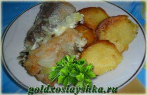 Жареный хек с картошечкой, запеченой в духовке