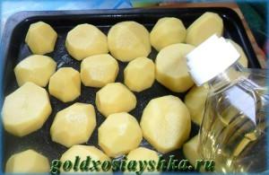Картофель, посолить, полить маслом