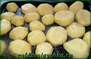 Картофель припудрить панировочными сухарями