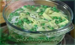 В пасту добавить зеленый горошек