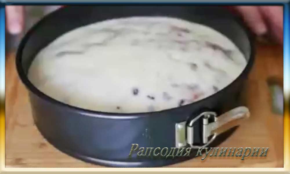 Горячий пирог зальём приготовленной заливкой