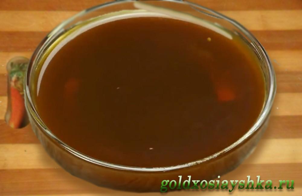 Соус введем в печень, хорошо перемешаем и на среднем огне под крышкой тушим 10 минут.  Гуляш из печени в соевом соусе можно подать к столу с любым гарниром.