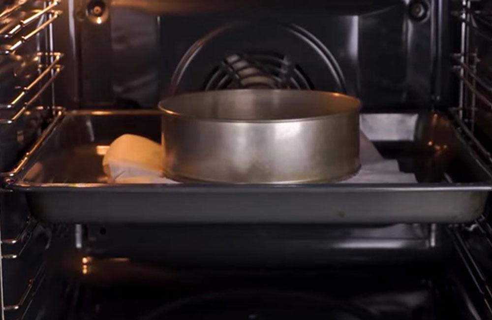 Выпекаем бисквит в духовке